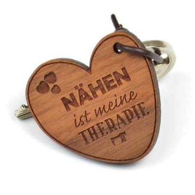 Herzförmiger Holz Schlüsselanhänger mit Gravur - Nähen ist meine Therapie.