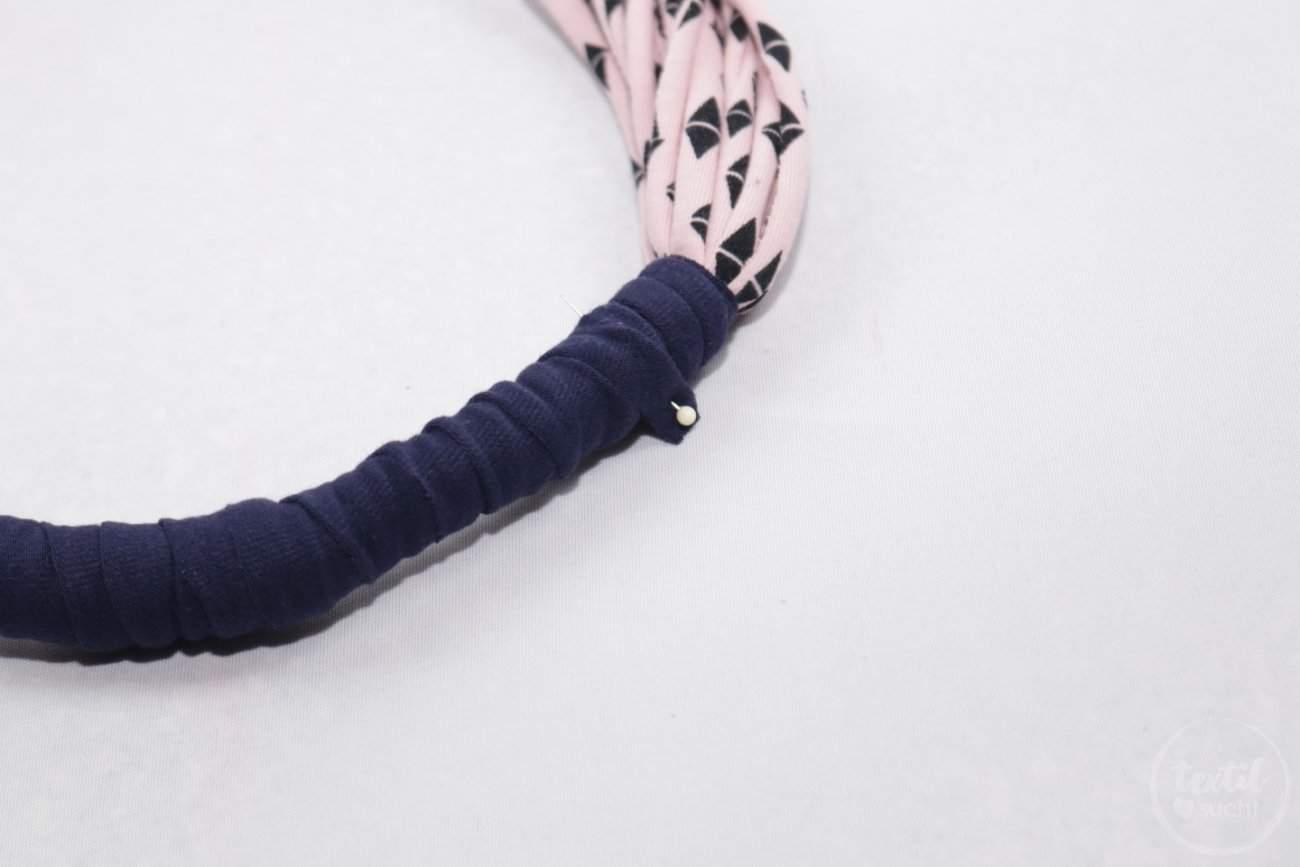 Kette aus Jerseyresten in 10 Minuten nähen - Schritt 4 | textilsucht.de