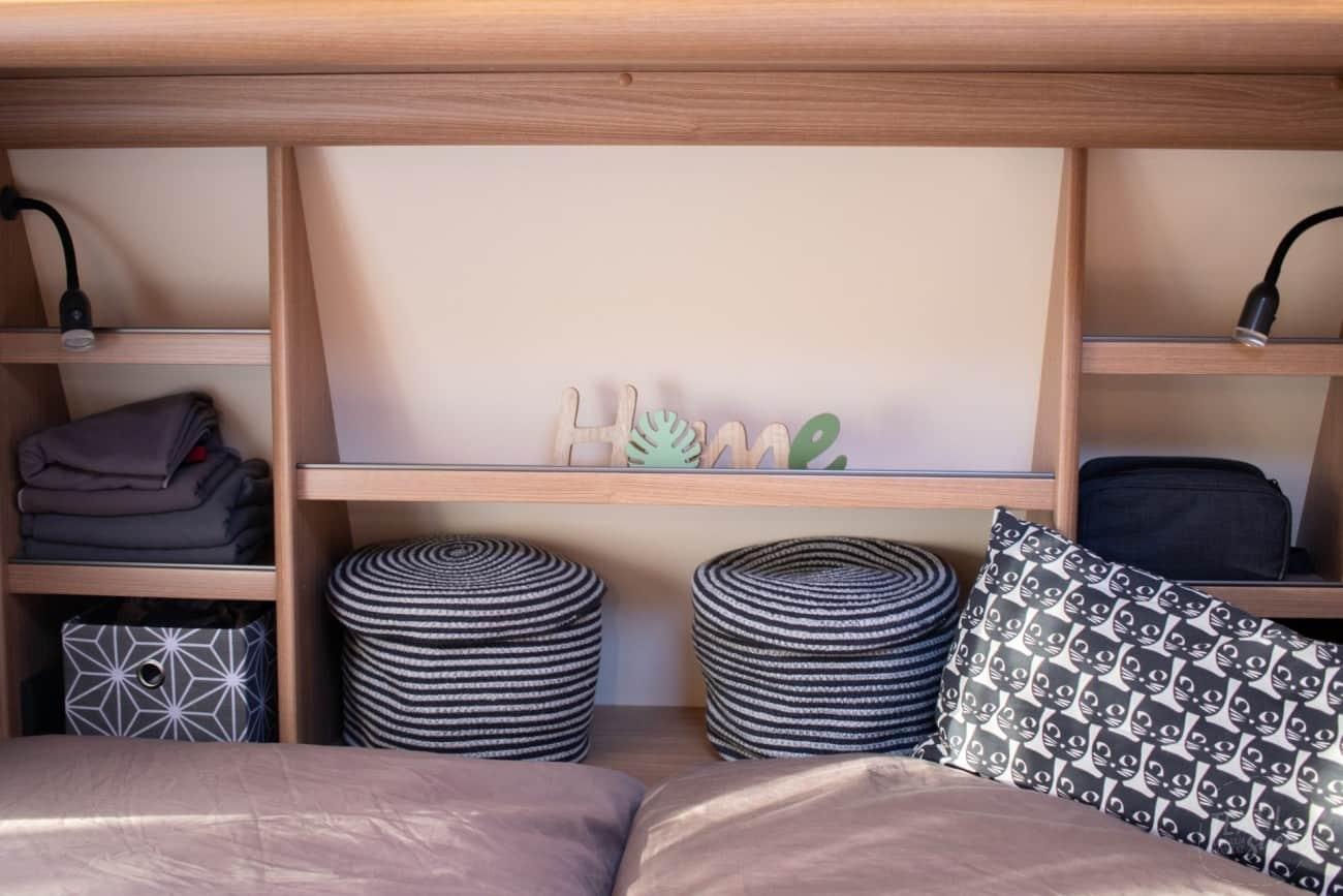 Regal über dem Doppelbett Fendt Saphir SKM 650