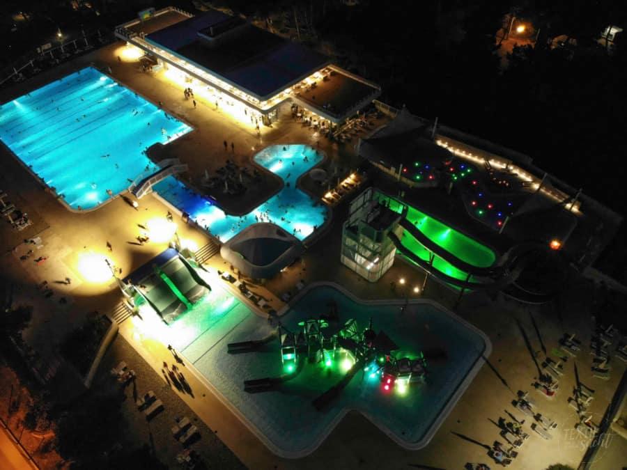Luftaufnahme bei Nacht - Aquapark Camping Čikat