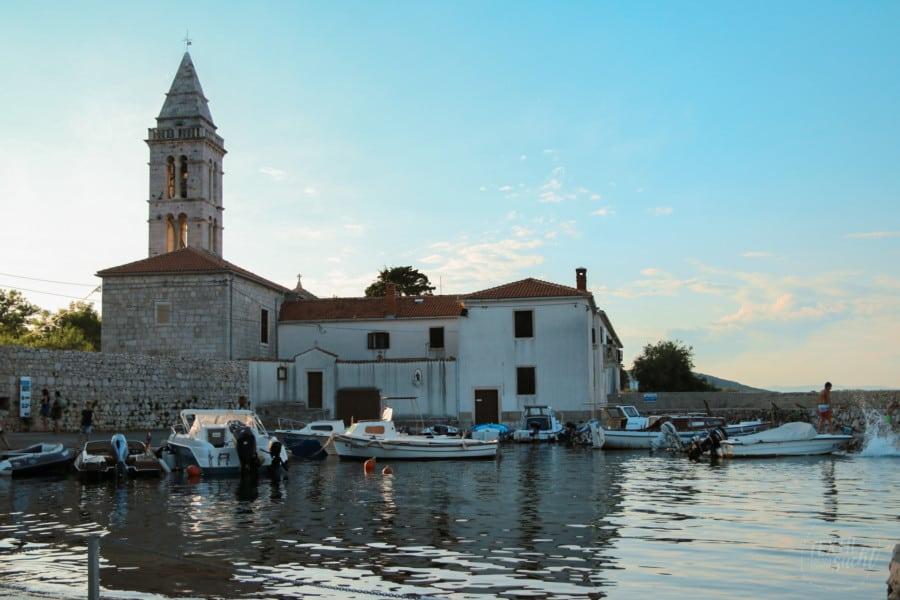Campingplätze Kroatien: Camping Rapoća - Kirche und Hafen in der Umgeung