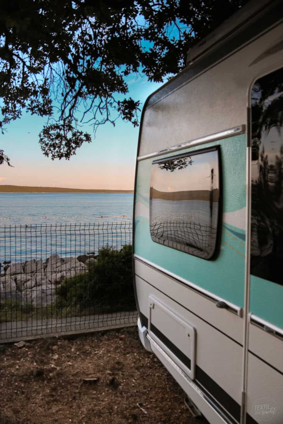 Campingplätze Kroatien: Camping Rapoća - Blick vom Stellplatz auf's Meer