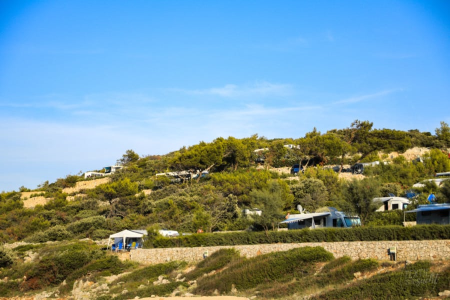 Camping Poljana: Stellplätze über der Badebucht