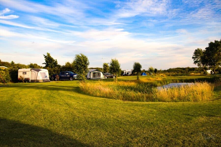 Strandcamping Grode Campingplatz Komfort XXL mit Blick auf den See