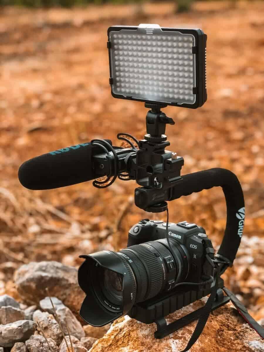 Foto- und Videoequipment auf Reisen -  Videosetup mit Kamera, Licht und Mikro